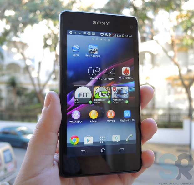 Sony Xperia Z1 Compact в руке